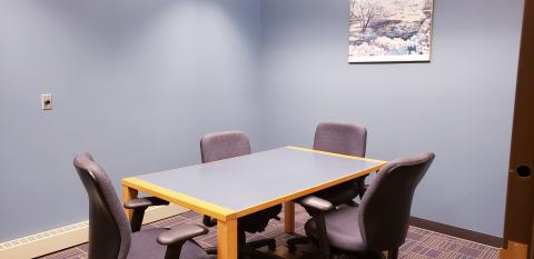 Auburn Study Room with table and four chairs